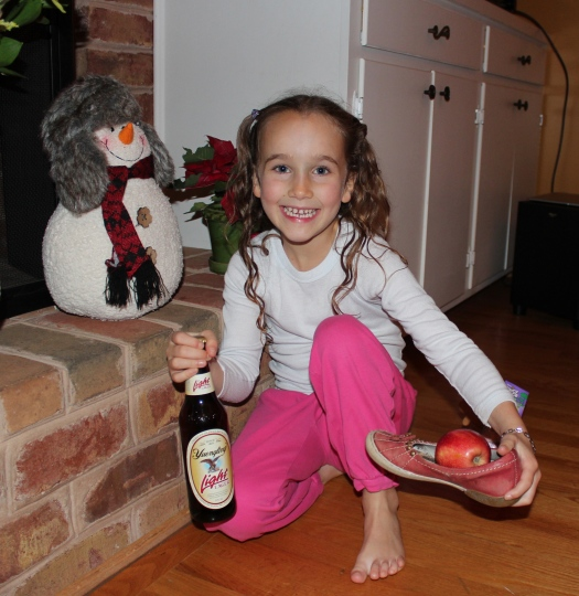 Olive chose an apple, some speculaas and a bottle of beer for Sinterklaas.