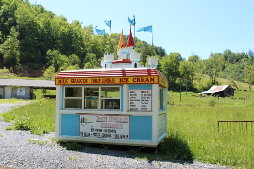 We stumbled across this very cute ice cream shop about halfway along the trail. Unfortunately it was closed.